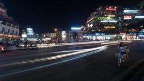 De straat van de nachtstad met vervoer in motie Hanoi, Vietnam Royalty-vrije Stock Foto
