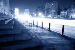 De straat van de stad bij nacht Stock Afbeeldingen