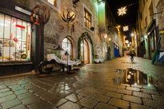 De straat van de stad bij nacht Stock Afbeelding