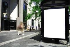 De straat van de stad met leeg teken klaar te vullen. Stock Foto