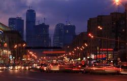 De straat van de stad in schemer Royalty-vrije Stock Foto