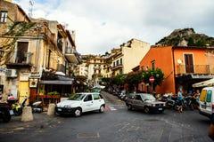 De straat van de Taorminaingang druk met toeristen, toeristenwinkels en restaurants Stock Foto's