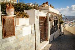 De straat van de Firastad met witte huizen en muur Oia op Eiland Santorini stock foto's