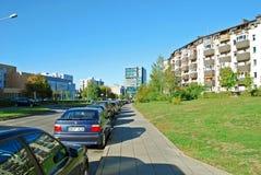 De straat van het Pasilaiciaidistrict met auto's en huizen Royalty-vrije Stock Fotografie