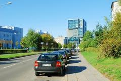 De straat van het Pasilaiciaidistrict met auto's en huizen stock afbeeldingen