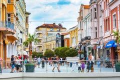De straat van het stadscentrum met huizen en mensen in Plovdiv royalty-vrije stock fotografie