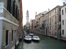 De straat van het water in Venetië stock afbeeldingen