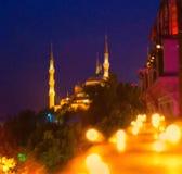 De straat van Istanboel bij nacht Blauwe moskee stock afbeeldingen