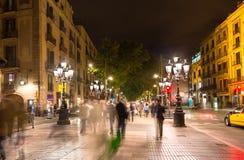 De straat van La Rambla bij nacht in Barcelona stock afbeelding