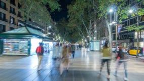 De straat van La Rambla in de nacht van Barcelona timelapse hyperlapse, Spanje stock footage