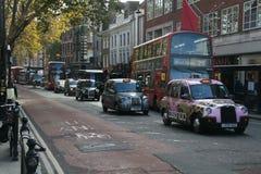 De Straat 2018 van Londen met bussen en traditionele taxis stock afbeelding