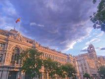 De straat van Madrid met oude gebouwen Stock Fotografie