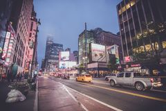De straat van New York bij nacht met mist stock fotografie