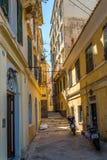 In de straat van oude stad Korfu stock afbeelding