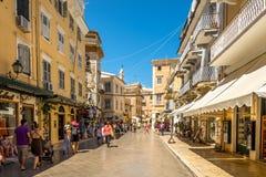 In de straat van oude stad Korfu royalty-vrije stock afbeeldingen