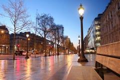 De straat van Parijs Champs Elysee in de avond Stock Fotografie