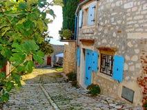De straat van Rovinj met turkooise blinden stock afbeeldingen