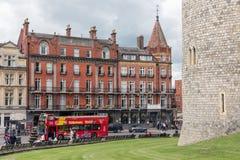 De Straat van Streetviewtheems buiten de muren van Windsor-kasteel, En Royalty-vrije Stock Foto's