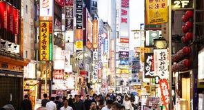 De straat van Tokyo met de aanplakborden van de neonreclame Stock Foto's