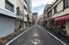 De straat van Tokyo met kleine bedrijfswinkels op vroege ochtend Stock Fotografie
