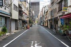De straat van Tokyo met kleine bedrijfswinkels op vroege ochtend Stock Foto
