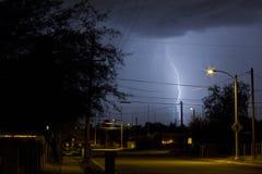 De Straat van Tucson Arizona bij Nacht tijdens een Bliksemonweer Stock Foto's