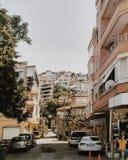 De straat van Turkije in de zomer Alanyastad met auto's Royalty-vrije Stock Foto
