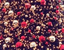De straat van vakantiedecoratie voor Kerstmis Chrismasboom voor groene achtergrond, verlicht ornament, rood, bal Stock Fotografie