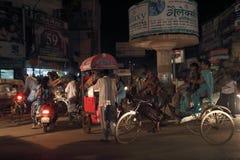 De straat van Varanasi bij nacht royalty-vrije stock foto