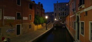 De straat van Venetië in de nacht Stock Foto