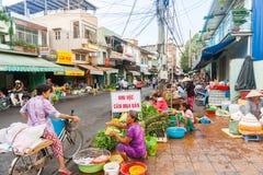De straat van Vietnamees fruit en de plantaardige verkopers kampeerden op sidew Stock Fotografie
