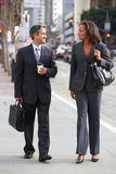 De Straat van zakenmanand businesswoman in met Meeneemkoffie stock fotografie