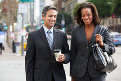 De Straat van zakenmanand businesswoman in met Meeneemkoffie royalty-vrije stock foto