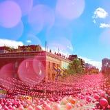 De straat van de de zomerpartij in vrolijke die buurt met roze bal wordt verfraaid stock afbeelding