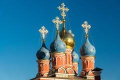 De straat Varvarka van Moskou Tempel van St George Zegevierend op Pskovskaya-Heuvel met klokketoren 1658 Rusland Royalty-vrije Stock Afbeeldingen