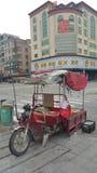 De straat vent op gemotoriseerd voertuig royalty-vrije stock afbeelding
