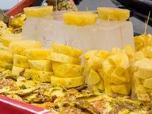 De straat verkoopt van verse actuele ananas in Cali stock fotografie