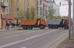 De straat wordt geblokkeerd door vrachtwagens royalty-vrije stock fotografie