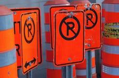De straat zingt oranje bouw geen parkerenverkeer Royalty-vrije Stock Afbeeldingen