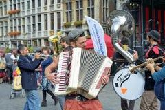 De straatacteur neemt aan activiteiten op Grand Place deel Stock Foto