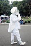 De straatacteur presteert in de recreatiepark van Gorky in Moskou Royalty-vrije Stock Foto's