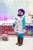 De straatactrice in Carnaval-kostuum stelt voor foto's door Ijscijfers in Moskou Stock Foto's