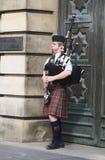 De straatbagpiper van Edinburgh op de Koninklijke Mijl Royalty-vrije Stock Fotografie