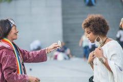 De straathandelaar houdt spiegel voor juwelenklant, Parijs, Frankrijk Royalty-vrije Stock Afbeeldingen