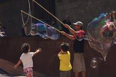 De straatkunstenaar onderhoudt kinderen Royalty-vrije Stock Fotografie