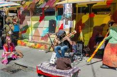 De straatkunstenaars spelen op instrumenten bij Farmer' s Markt Royalty-vrije Stock Foto's