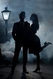 De straatlantaarnmist van het film noir paar Stock Fotografie