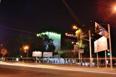 De straatlantaarns en de bliksem van de nachtstad Royalty-vrije Stock Foto