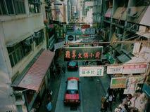 De straatmarkt van Hongkong met taxi Stock Foto's