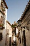 De straatmening van Granada naar Alhambra paleis Stock Foto's